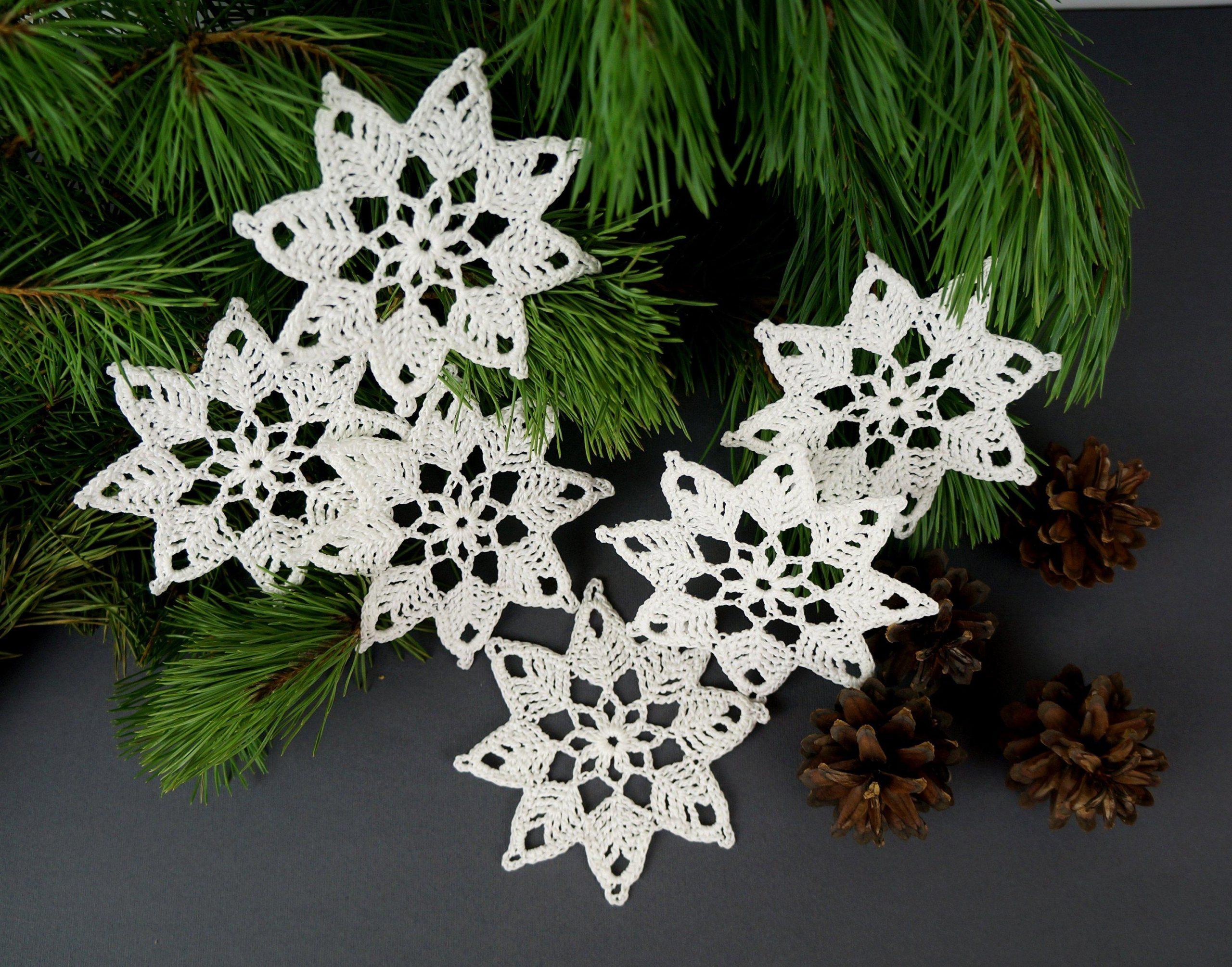 Фото новогодней гирлянды из вязаных снежинок